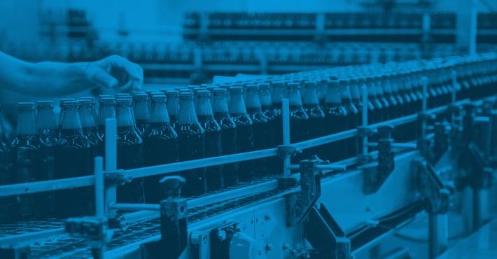 Flaschen auf einem Fließband
